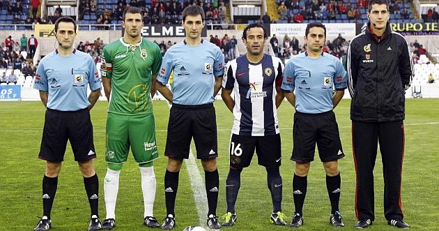 Los capitanes y el cuarteto arbitral del Racing-Hércules de junio / José R. González (Marca)