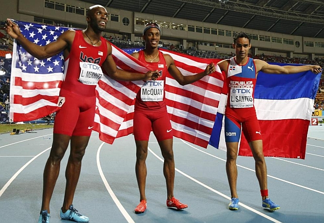 Los tres medallistas del 400 en Moscú. REUTERS