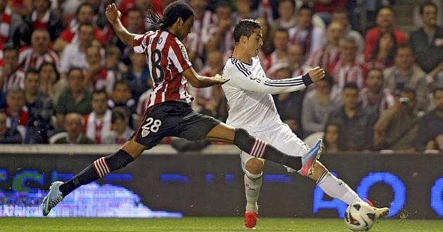 Ramalho intenta frenar a Cristiano Ronaldo en San Mam�s / REUTER