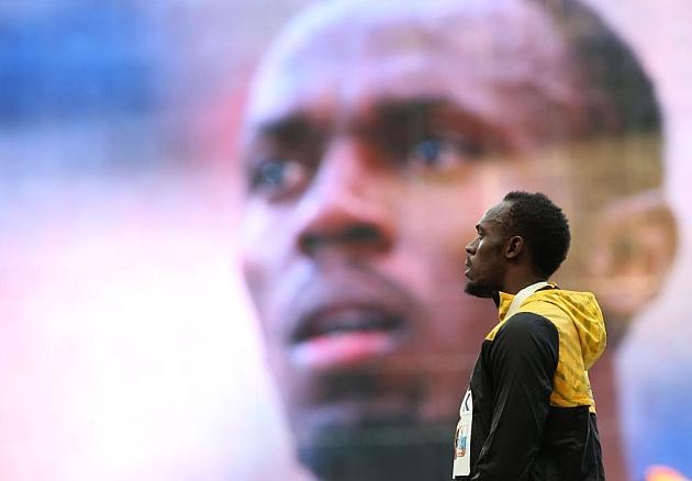 Bolt en el podio de los 200 metros. AFP