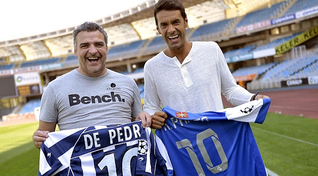 De Pedro y Xabi Prieto posan con sus respectivas camisetas de la Real Sociedad / JOSUNE MTZ. DE ALBENIZ (MARCA)