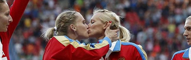 Rizhova y Gúschina, indignadas por reacción a su beso
