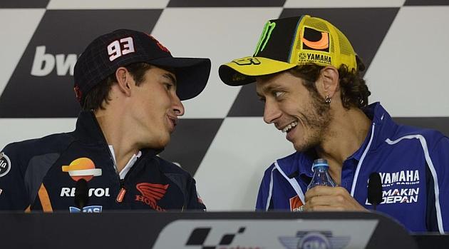 M�rquez dialoga con Rossi / AFP