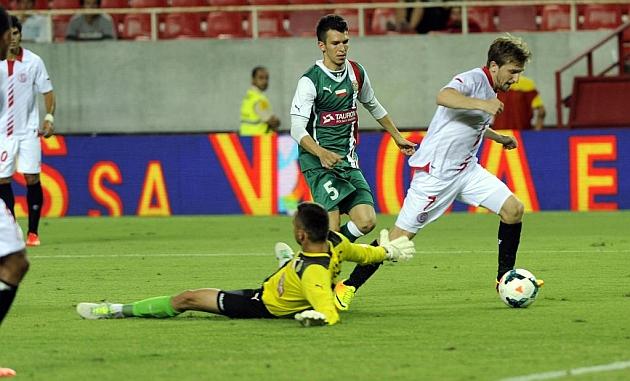 Marin regatea al portero polaco para anotar el 4-1. KIKO HURTADO | MARCA