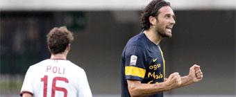 Dos cabezazos del incombustible Luca Toni derrotan al Milan