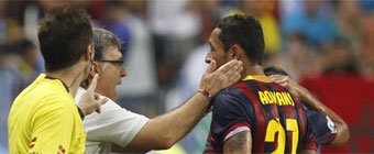 Adriano se retiró con molestias en el bíceps femoral