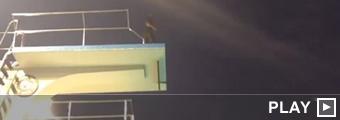 Kobe Bryant saltando desde un trampolín
