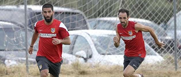 Arda Turan es perseguido por Juanfran en un entrenamiento / Juan Aguado (MARCA)