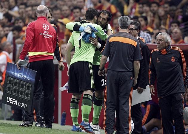 Iker se abraza a Diego L�pez en el momento del cambio. Reuters