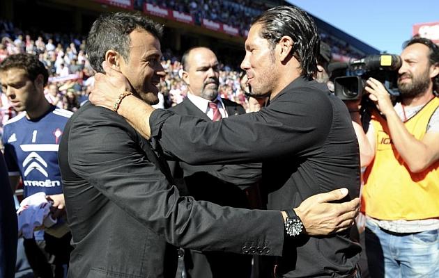 El Cholo se saluda con Luis Enrique antes del comienzo del encuentro. JUAN AGUADO | MARCA