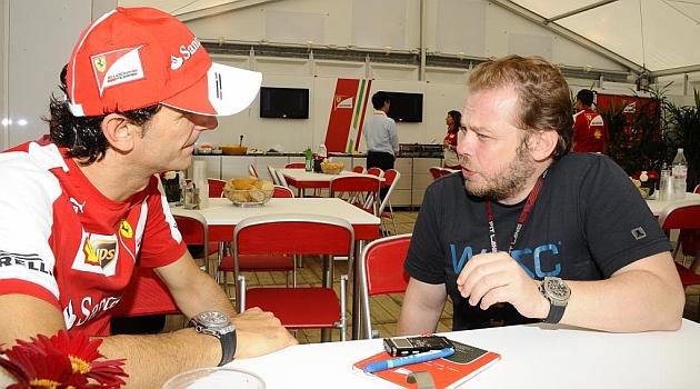 De la Rosa, con Marco Canseco durante la entrevista en Suzuka / Foto: RV RACINF PRESS