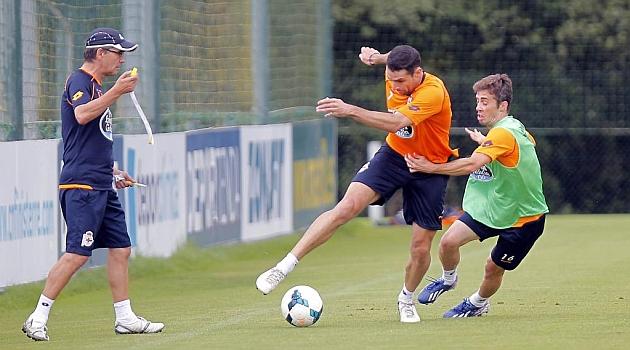 Fernando V�zquez observa a Antonio N��ez junto a Luisinho / Amador Lorenzo (Marca)