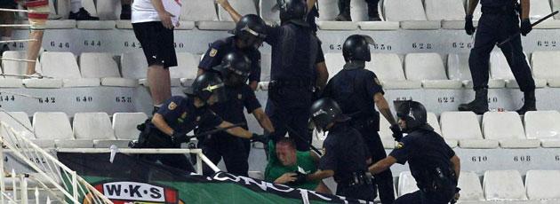 Un año de cárcel a los hinchas polacos que agredieron a la Policía en Sevilla