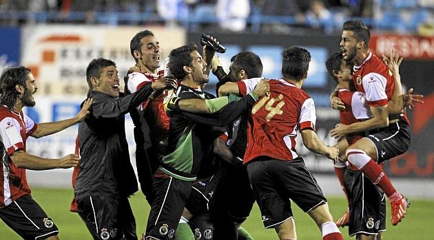 Los jugadores del Racing celebran su clasificaci�n en Butarque / Chema Rey (Marca)