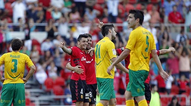 Lucena, a la derecha, en el partido ante el Mallorca / Tooru Shimada (Marca)
