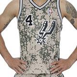 ¿Te gusta el uniforme de camuflaje de los Spurs? A sus jugadores, no