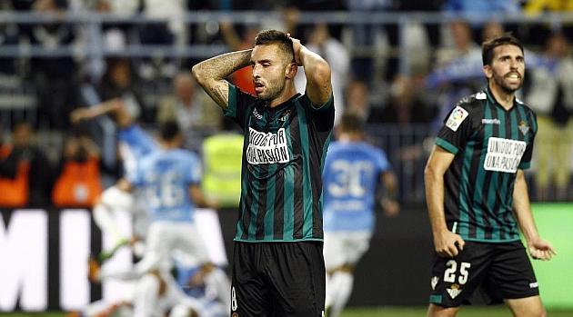 Nono y Jordi Figueras se lamentan tras un gol del Málaga. PEPE ORTEGA