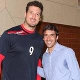 Ra�l Gonz�lez Blanco junto al 'Hispano' que cambi� el baloncesto por el balonmano