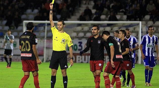 Sánchez Martínez le muestra una tarjeta a Menosse / Ana F. Barredo (Marca)
