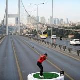 Tiger Woods golpea una pelota de Asia hasta Europa