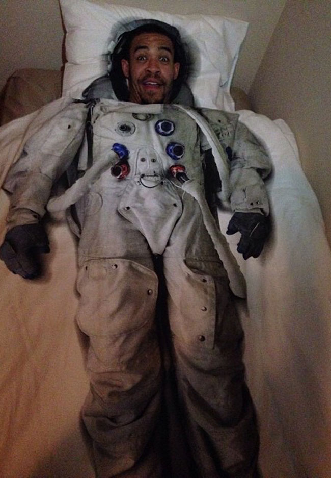 JaVale McGee duerme con unas sábanas de astronauta