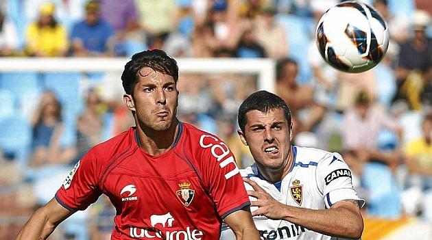 Cejudo y Abraham luchan por un balón en un Zaragoza-Osasuna. TONI GALÁN