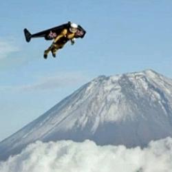 El hombre-p�jaro vuela junto al Monte Fuji
