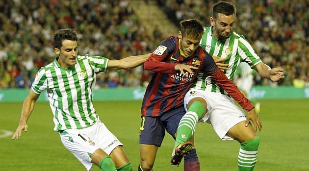 Juan Carlos y Nono le intentan robar la pelota a Neymar. RAMÓN NAVARRO