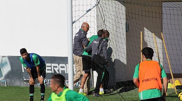 El doctor Tomás Calero acompaña a Braian tras lesionarse. REAL BETIS BALOMPIÉ