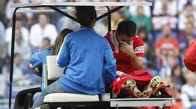 Nico Pareja es retirado por la camilla tras lesionarse ante el Espanyol. F.ADELANTADO