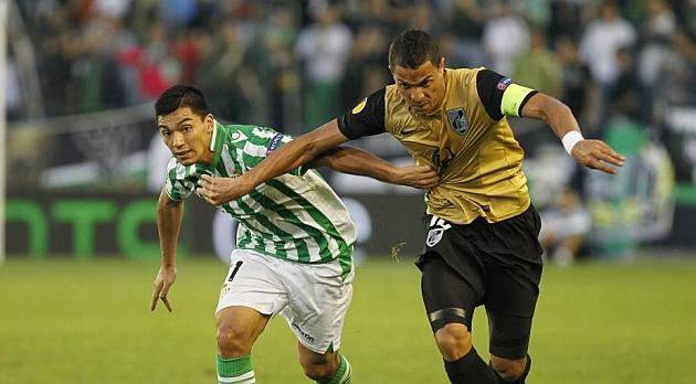Lolo Reyes pugna por un balón con Olimpio, del Guimaraes. RAMÓN NAVARRO