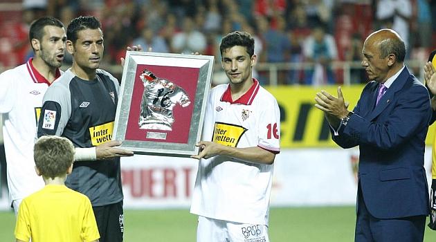 Navas y Palop recogen el anterior trofeo, entre Negredo y Del Nido. RAMÓN NAVARRO