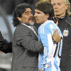 Maradona abraza a Leo Messi.