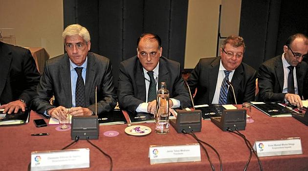 Javier Tebas, en el centro, junto a los vicepresidentes Clemente Villaverde y Víctor Manuel Martín / KIKO HURTADO (MARCA)