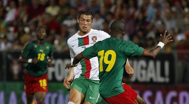 Mbia disputa un bal�n con Cristiano Ronaldo en un amistoso | Foto: Chema Rey