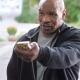 Tyson le devuelve a Holyfield el cacho de oreja que le arranc� de un mordisco