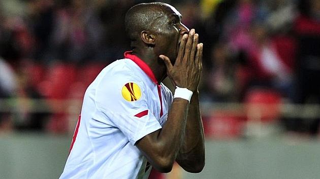 El sevillista Mbia se lamenta durante un partido. KIKO HURTADO