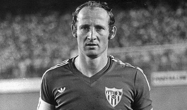 Paco Gallego, con la camiseta del Sevilla antes de un partido. MARCA