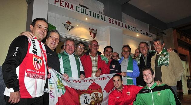 Miembros de la Pe�a Sevilla-Betis, ante la sede de la misma. KIKO HURTADO