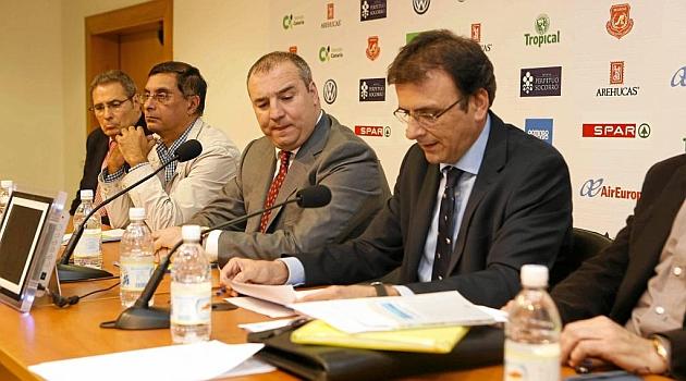 Con chaqueta gris, en el centro, Miguel Ángel Ramírez, presidente de Las Palmas / Gerardo Ojeda (Marca)