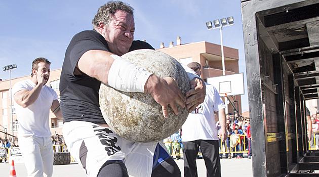 """Juan Carlos Heredia """"Porrúo"""", el campeón 2013, luchando por dejar en la plataforma la última bola de 175 kg. / FOTO: Rebeca Fotomedina.es"""