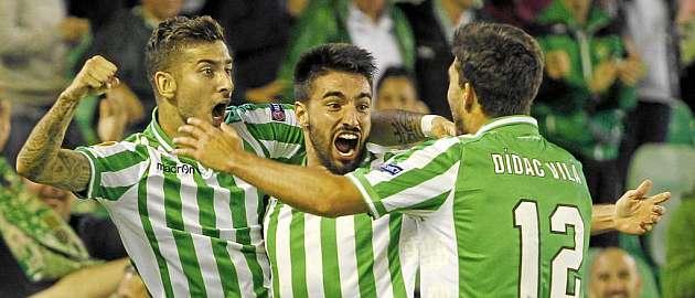 Chuli celebra un gol con �lvaro Vadillo y D�dac Vila / Ram�n Navarro (MARCA)