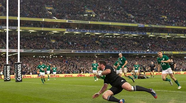 Ryan Crotty se lanza sobre la l�nea de marcar irlandesa en el Aviva Stadium / AFP