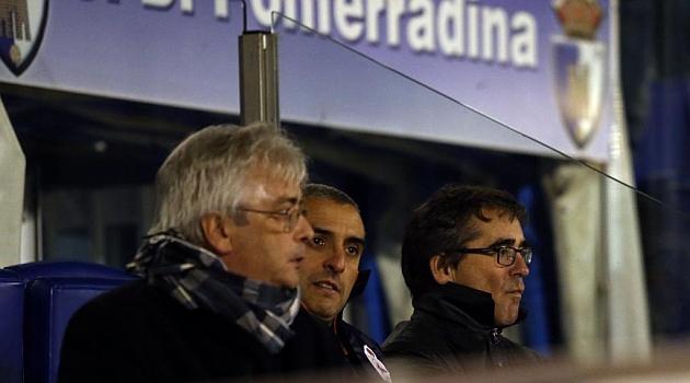 Fernando V�zquez no pudo dirigir a su equipo desde el banquillo en El Toral�n / Ana F. Barredo (Marca)