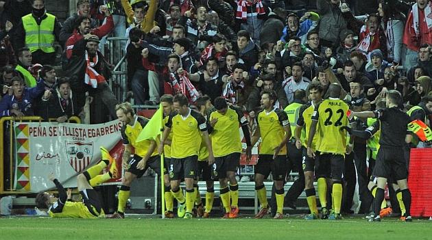 Los jugadores del Sevilla celebran el gol de Gameiro. MIGUEL A. MOLINA