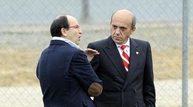 José Castro dialoga con José María Del Nido días atrás. KIKO HURTADO