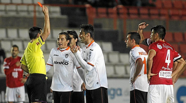 Momento en que el colegiado expulsa a Jonas Gon�alves / FRANCESC ADELANTADO (MARCA)
