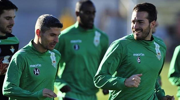 Salva Sevilla charla con Xavi Torres en un entrenamiento. KIKO HURTADO