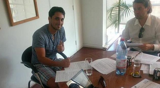 Hans Martínez firma su contrato con el Almería en Chile / @U_D_Almeria