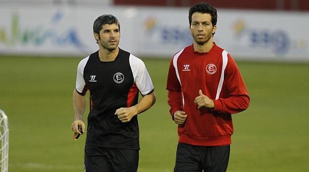 Cicinho hace carrera continua junto a uno de los preparadores del Sevilla. RAMÓN NAVARRO